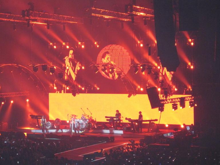 Orange-rote Bühnenshow