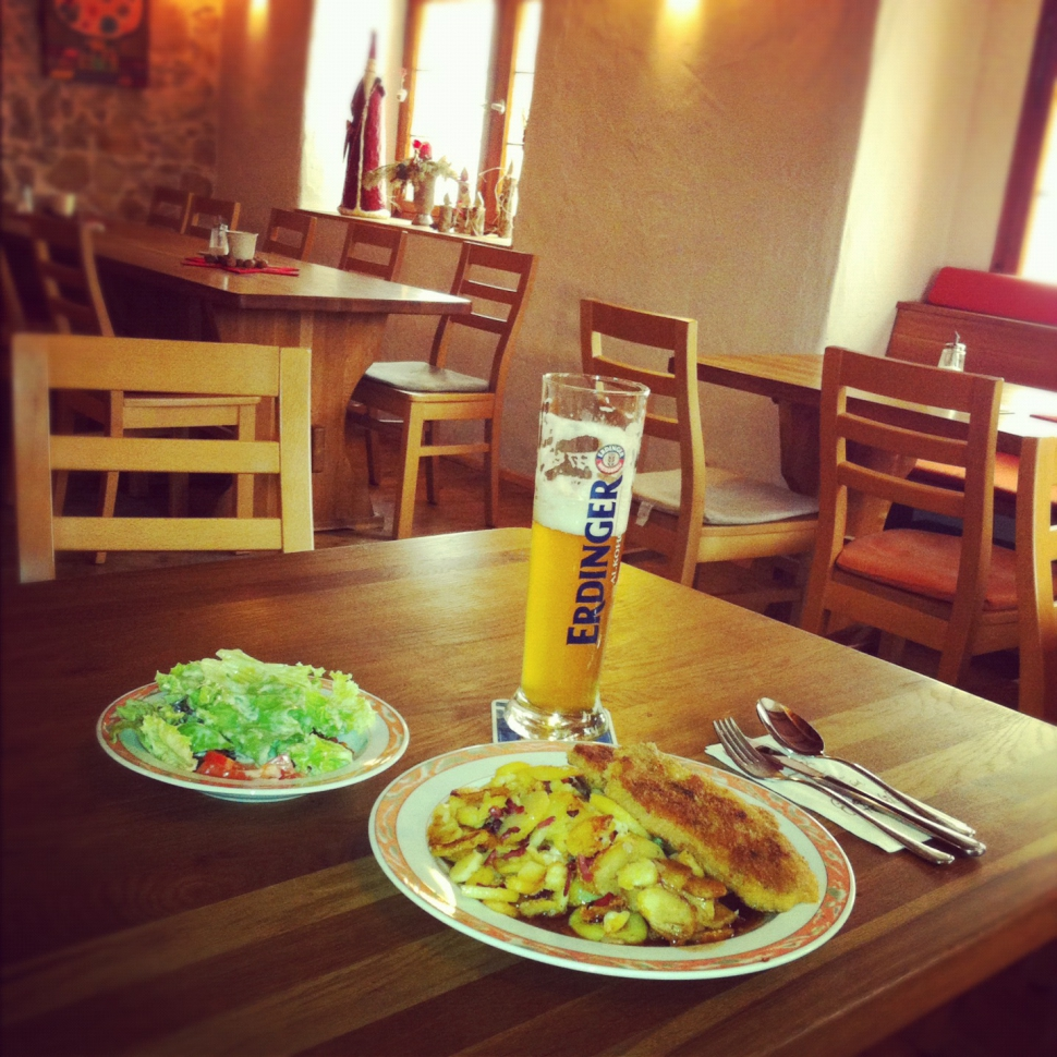 Schnitzel mit Bratkartoffeln und Salat im Brennerhof(Foto: Jay F Kay)