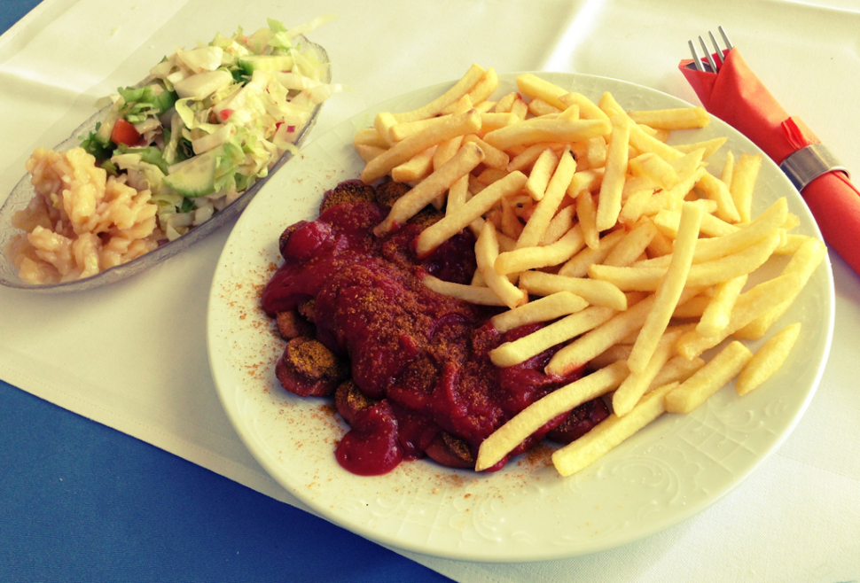 currywurst-pommes-salat-hexenstueble