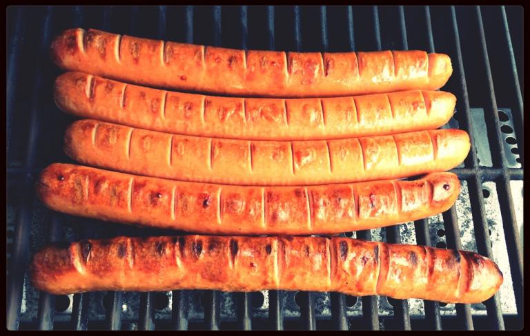 VW-Currybockwurst auf dem mobilen Grill