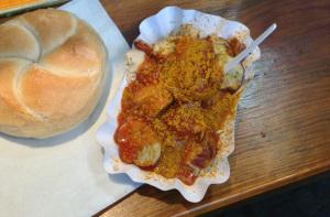 Currywurst mit Brötchen