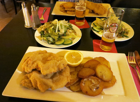 Wiener Schnitzel mit Bratkartoffeln im Löwen Bad-Godesberg
