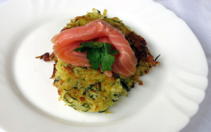 Kartoffel-Zucchini-Puffer mit Lachs