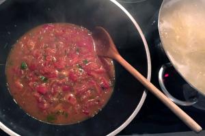 Miso-Tomatensauce in der Wok-Pfanne