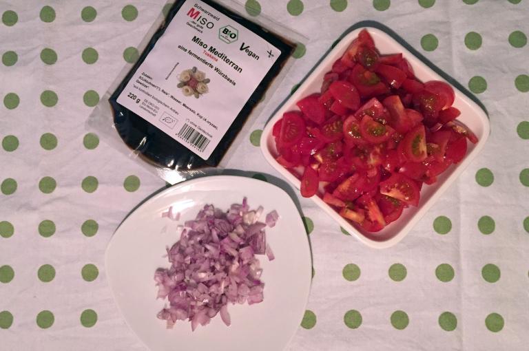 Vorbereitete Zutaten für Spaghetti mit Miso-Tomatensauce