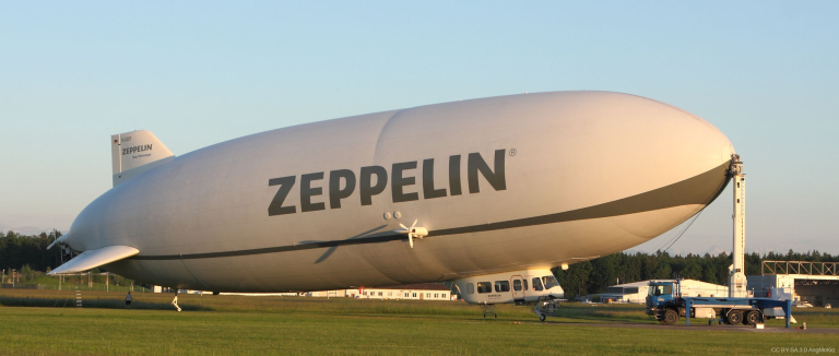 Zeppelin NT am mobilen Landemast (CC BY-SA 3.0 AngMoKio)