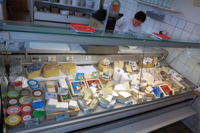 Einkaufen im Käsereiladen