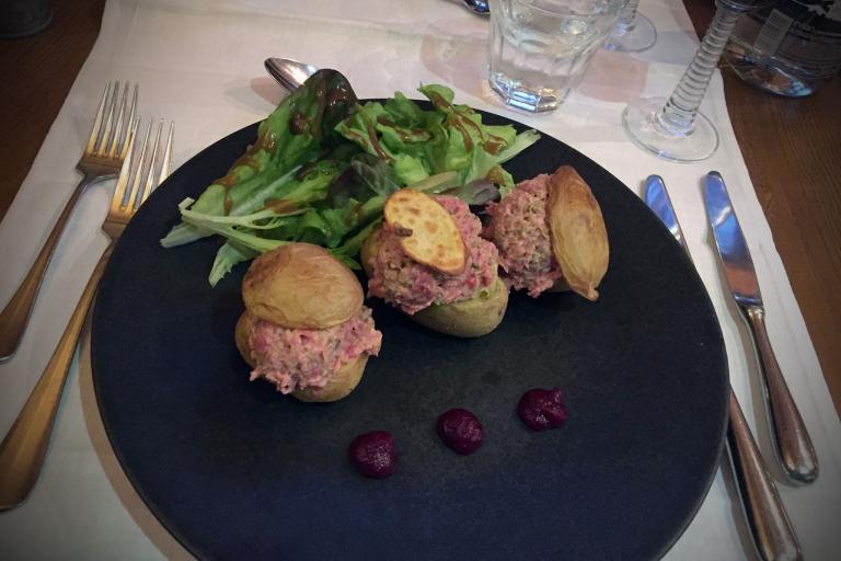 Gefüllte Kartoffeln mit Steak-Tatar zu einem Rote-Beete-Ketchup